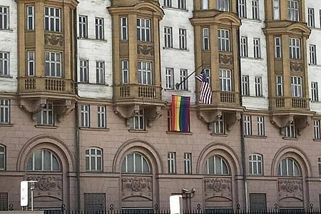 An der us-amerikanischen Botschaft in Moskau ist eine Regenbogenfahne gehisst worden. Foto: Ulf Mauder/dpa