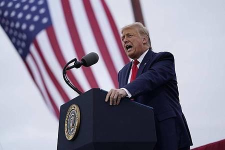 US-Präsident Donald Trump verteidigt auf einer Wahlkampfveranstaltung seinen Corona-Kurs. Foto: Evan Vucci/AP/dpa