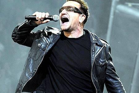 Bono tritt bei einem Konzert im Letzigrund-Stadion auf. Foto: Walter Bieri/Keystone/epa/dpa