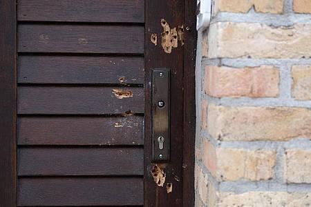 Die Tür der Synagoge, die bei einem Anschlag mit mehreren Schüssen beschädigt worden ist. Foto: Sebastian Willnow/dpa-Zentralbild/dpa