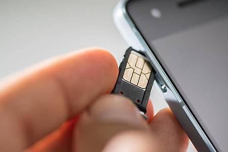 SIM raus, SIM rein: Prepaid-Kunden sind ungebunden, müssen eine Guthabenauszahlung aber aktiv einfordern. Foto: Franziska Gabbert/dpa-tmn