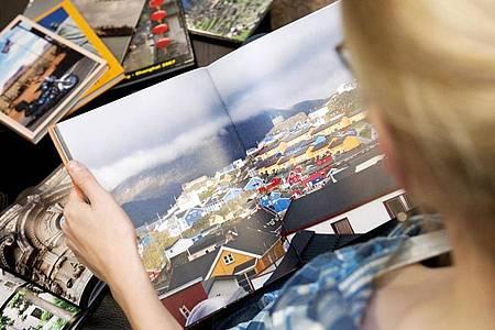 Schön sind die Ergebnisse der meisten Fotobuch-Dienstleister - doch auf dem Weg dahin erlaubten sich viele von ihnen grobe Schnitzer. Foto: Mascha Brichta/dpa-tmn