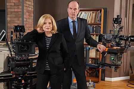 """Herbert Knaup und Sabine Poste am Filmset der TV-Serie """"Die Kanzlei"""". Foto: Georg Wendt/dpa/Archivbild"""
