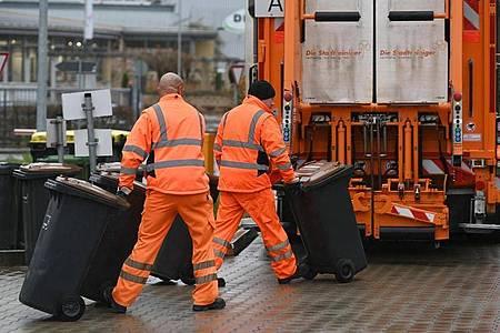 Das Vertrauen in den Staat steigt. Die besten Noten erhalten Straßenreinigung und Müllabfuhr. Foto: Uwe Zucchi/dpa
