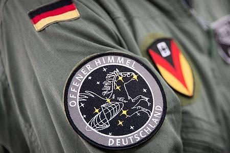Das Abzeichen für die Mission «Offener Himmel» prangt am Arm eines Crew-Mitglieds des neuen A319-Missionsflugzeugs der Bundeswehr. Foto: Christian Charisius/dpa