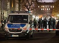 Polizisten stehen auf einer abgesperrten Kreuzung im Berliner Stadtteil Kreuzberg. Foto: Christophe Gateau/dpa