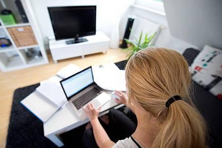 Laut einer Umfrage würden 38 Prozent der Teilnehmer wegen der Corona-Epedemie lieber im Homeoffice arbeiten. Foto: Daniel Naupold/dpa