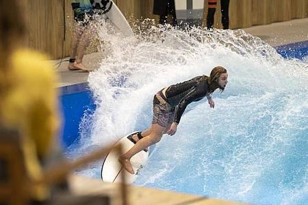 Surfer Martin im Berliner Wellenwerk:Die Anlage in Berlin soll echtes Surf-Feeling bieten, ganz ohne Strand und Meer. Foto: Florian Schuh/dpa-tmn