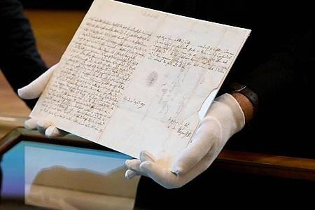 Ein Brief des Musikgenies Wolfgang Amadeus Mozart (1756-1791) an seinen schwerkranken Vater vom 4. April 1787. Foto: Barbara Gindl/APA/dpa