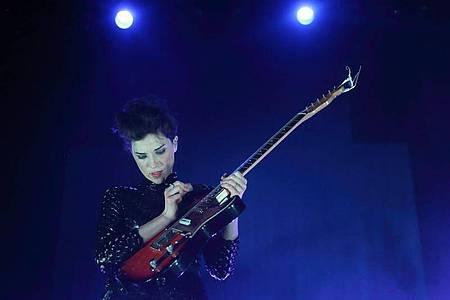 Die britische Elektro-Musikerin und Sängerin Anne Clark bei einem Konzert in Indianapolis 2014. Foto: Steve C.Mitchell/EPA/dpa