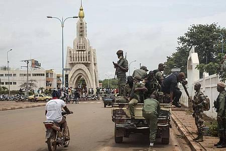 Sicherheitskräfte fahren Mitte August in einem Lastwagen durch die Hauptstadt Bamako - das Militär hatte Malis Präsidenten zum Rücktritt gezwungen. Foto: Baba Ahmed/AP/dpa
