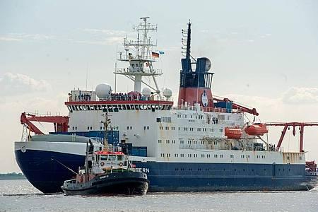 Das Forschungsschiff «Polarstern» des Alfred-Wegener-Instituts für Polar- und Meeresforschung (AWI) trifft vor der Nordschleuse seines Heimathafens Bremerhaven ein. Foto: Ingo Wagner/dpa