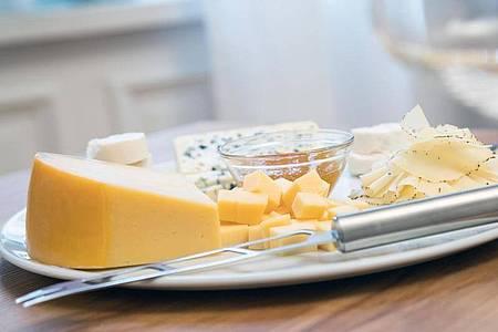 Bei Käsesorten mit einem Paraffin- oder Wachs-Überzug muss die Rinde abgeschnitten werden, bei Blauschimmelkäse dagegen nicht. Foto: Christin Klose/dpa-tmn