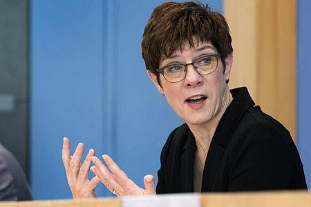 Verteidigungsministerin Annegret Kramp-Karrenbauer stellt die Bundeswehr auf einen langen Kriseneinsatz zur Bekämpfung des Coronavirus ein. Foto: Michael Sohn/AP pool/dpa
