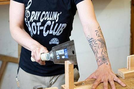 Als angehende Tischlerin muss Marly Konefka bei der Arbeit auf jeden Fall Körpereinsatz zeigen. Foto: Catherine Waibel/dpa-tmn