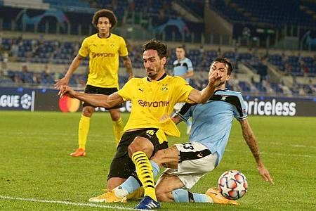 Dortmunds Mats Hummels (l) blockt einen Schuss von Lazios Francesco Acerbi ab. Foto: Cesar Luis de Luca/dpa