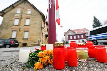 Blumen und Kerzen vor dem Tatort in Rot am See. Foto: Tom Weller/dpa