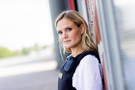 """Pia Stutzenstein bei den Dreharbeiten für die neue Staffel der RTL-Serie """"Alarm für Cobra 11 - Die Autobahnpolizei"""". Foto: Rolf Vennenbernd/dpa"""
