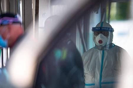 Corona-Testzentrum in Garmisch-Partenkirchen. Es zeichnet sich ein leichter Anstieg bei den intensivmedizinisch behandelten Covid-19-Patienten ab. Foto: Lino Mirgeler/dpa
