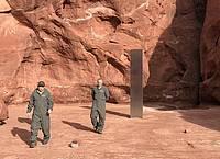 Der Metall-Monolith steht inmitten einer roten Felsenlandschaft in einer entlegenen Gegend des US-Bundesstaates Utah. Foto: Utah Department Of Public Safety/PA Media/dpa