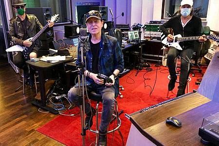 Die Mitglieder der Rockband Scorpions: Rudolf Schenker, Klaus Meine und Matthias Jabs (l-r), arbeiten in den Peppermint Park Studios an einem neuen Album. Foto: Alex Malek/Lanz Unlimited/dpa