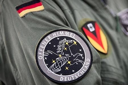 Das Abzeichen der Mission «Offener Himmel» am Arm eines Crew-Mitglieds des A319-Missionsflugzeugs der Bundeswehr. Foto: Christian Charisius/dpa
