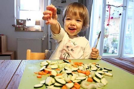 Irgendwann schmeckt es ihnen: Zucchini, Möhren und anderes Gemüse sollten Kinder immer wieder vorgesetzt bekommen. Foto: Bodo Marks/dpa-tmn