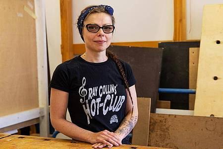 Marly Konefka hat es schon als Kind geliebt, Möbel zusammenzubauen. Jetzt macht sie an einem Bildungszentrum in Berlin eine Umschulung zur Tischlerin. Foto: Catherine Waibel/dpa-tmn