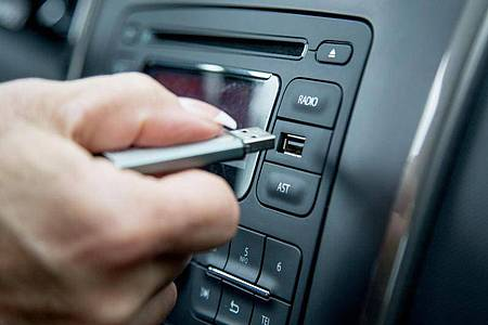Ein USB-Stick mit den Liebling-Songs. Foto: Christin Klose/dpa-tmn