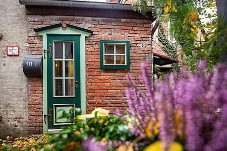 Außenansicht vom kleinsten Haus Bremens. Das sieben Quadratmeter kleine Häuschen im bei Touristen beliebten Schnoor-Viertel steht zum Verkauf. Foto: Sina Schuldt/dpa