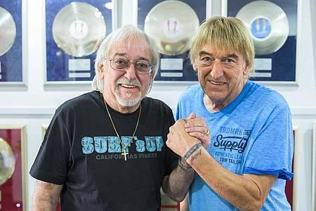Karl-Heinz Ulrich (l) und sein Bruder Bernd sind bekannt als das Schlager-Duo «Die Amigos». Foto: Silas Stein/dpa