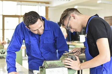 Auszubildende sollten im Betrieb die gleiche Wertschätzung erfahren wie alle anderen Mitarbeiter auch. Foto: Lyzs/Westend61/dpa-tmn