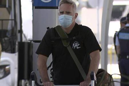 Mike Smith, Korrespondent der Zeitung «Australian Financial Review» in Shanghai, nach seiner Ankunft am Flughafen. Foto: Uncredited/Australian Broadcasting Corporation/AP/dpa