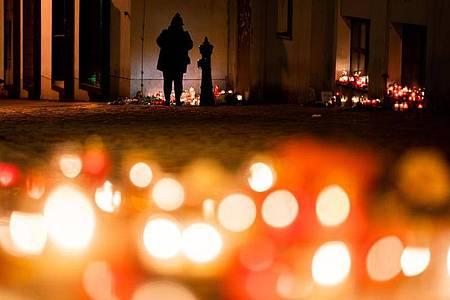 Trauer um die Todesopfer nach demAnschlag:Kerzen brennen am Tatort in der Wiener Innenstadt. Foto: Georg Hochmuth/APA/dpa