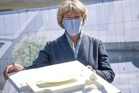 Monika Grütters mit einem Modell der «Einheitswippe». Foto: Britta Pedersen/dpa-Zentralbild/dpa
