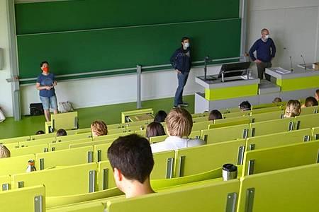 An der Universität Kassel finden die Prüfungen unter Corona-Bedingungen statt. Während der Klausur ist etwa die Abstandsregel einzuhalten. Foto: Uwe Zucchi/dpa