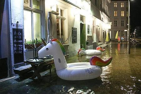 Stürmisches Herbstwetter hat zu Hochwasser und ungewöhnlichen Einhörnern in Lübecks Innenstadt geführt. Foto: Bodo Marks/dpa