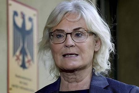 Bundesjustizministerin Christine Lambrecht will, dass u.a. die Verbreitung von Kinderpornografie als Verbrechen angesehen wird. Foto: Michael Sohn/AP/dpa/Archiv