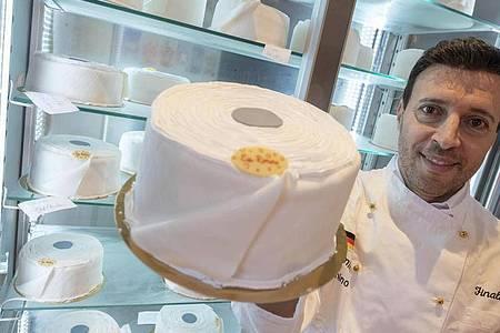 Die Eistorte von Pino Cimino kommt an. Foto: Uli Deck/dpa