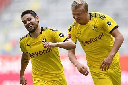 Erling Haaland (r) sorgte mit seinem Tor für einen Last-Minute-Sieg von Dortmund in Düsseldorf. Foto: Bernd Thissen/dpa