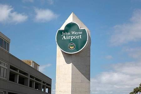 Der John-Wayne-Flughafen in Santa Ana soll umbenannt werden. Foto: Jae C. Hong/AP/dpa