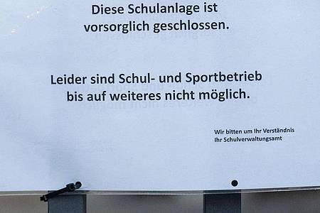 Ein Schild mit der Aufschrift «Diese Schulanlage ist vorsorglich geschlossen» hängt am Eingang einer Schule in Stuttgart. Foto: Marijan Murat/dpa