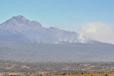 Weithin sichtbar sind die Rauchwolken am Kilimandscharo. Der Großbrand soll breits mindestens 28 Quadratkilometer Heidefläche zerstört haben. Foto: Thomas Becker/-/dpa