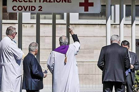 Mit Gottes Segen: Ein Priester segnet den Eingang zum «Columbus Covid 2 Hospital», einem neuen Krankenhaus in Rom. Foto: Cecilia Fabiano/AP/dpa