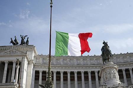 Zum Gedenken an die Opfer des Covid-19-Virus sind die Fahnen in ganz Italien wie hier am Viktor-Emanuels-Denkmal in Rom auf Halbmast gesetzt worden. Foto: Cecilia Fabiano/LaPresse via ZUMA Press/dpa