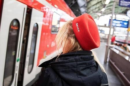 Kaufleute für Verkehrsservice betreuen Kunden nicht nur am Info-Schalter. Die Auszubildende Sarah Thieme steht auch am Bahnsteig und zum Teil in den Zügen für Informationen zur Verfügung. Foto: Zacharie Scheurer/dpa-tmn