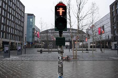 Ein Platz in Berlin ist menschenleer - das öffentliche Leben ist massiv eingeschränkt. Foto: Bernd von Jutrczenka/dpa