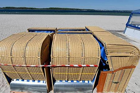 Srandkörbe an der Kieler Förde: Die Küstenorte Schleswig-Holsteins freuen sich, dass die Corona-Beschränkungen in Land gelockert werden. Foto: Carsten Rehder/dpa