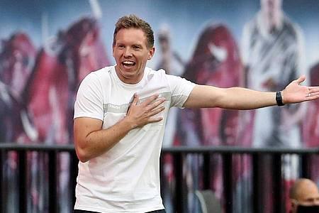 Leizpigs Trainer Julian Nagelsmann gestikuliert während eines Spiels am Spielfeldrand. Foto: Alexander Hassenstein/Getty Images Europe/Pool/dpa