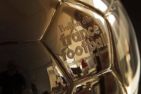 Auszeichnung für den Weltfußballer des Jahres: Der Ballon d`Or. Foto: Chistophe Ena/AP/dpa